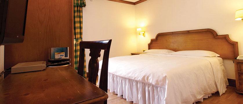 Italy_Cervinia_Chalet-Hotel-Dragon_bedroom.jpg
